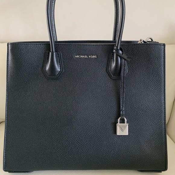 Michael Kors Handbags - Michael Kors Mercer LG Accordion Tote In Black